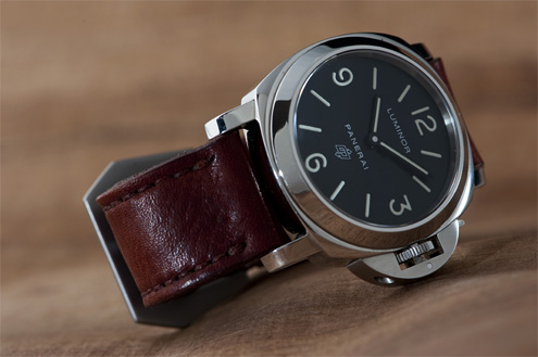 Panerai PAM000 logo with a strap from Landa Straps