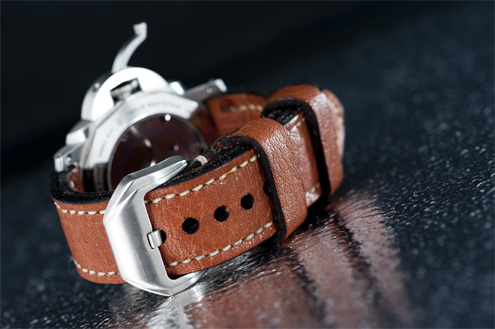 Light brown strap by Landa straps on a PAM233